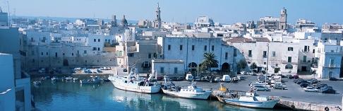 3 -Tra le città costiere della Puglia, Monopoli rappresenta uno dei porti più attivi e popolosi della regione sull'Adriatico.