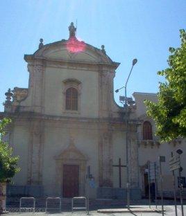 """25 -Fasano. La chiesa San Francesco da Paola sorse nel XVII secolo, all'esterno delle mura cittadine. Oggi tutto il complesso conventuale fa parte dell'ospedale civile """"Umberto I."""