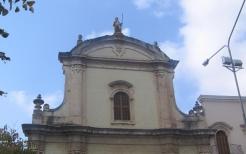 26 -Fasano. La chiesa San Francesco da Paola. La facciata anteriore presenta sulla cima una statua in pietra di San Francesco da Paola.