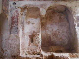 118 -Fasano. Chiesa di Lama D'Antico. la navata più grande ha la volta a botte con apertura quadrangolare all'altezza della porta d'ingresso.