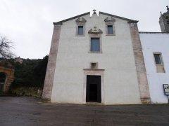 52 - Ostuni. Santuario di Sant'Oronzo. Il grande portale d'ingresso è inscritto in una cornice e sull'architrave si apre una piccola nicchia in cui è collocata una croce in pietra.