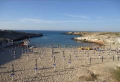 67 -Cala Paradiso. Una baia abbastanza grande occupata prevalentemente dagli ombrelloni dello stabilimento balneare, con una zona più piccola di spiaggia libera. La conca è circondata da scogli .