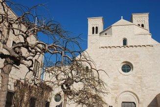 9 -Molfetta. Suggestiva inquadratura del Duomo.-