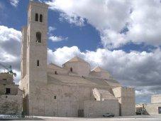 11 -Le cupole sono nascoste da strutture coperte da piramidi di altezza diversa.11 -Duomo di S. Corrado.