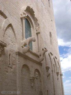12 -Molfetta, Duomo.Sulla facciata a Sud, la più antica, è visibile lo stemma del vescovo di Molfetta che nel 1484 diventò Papa col nome di Innocenzo VIII e, in alto a destra, una piccola meridiana.
