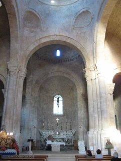 13 -Molfetta. Interno del Duomo. L'interno, vasto e suggestivo, è suddiviso in tre navate; quella centrale è dominata da tre cupole di diversa altezza: la più antica e decorata è sul transetto.