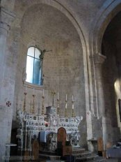 15 -Molfetta. Interno del Duomo- Tre absidi di cui quella centrale molto più ampia si innestano nel muro orientale con un semplice rincasso.