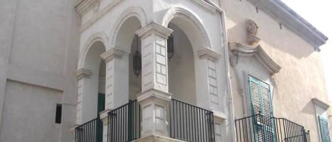 16,2 - Fasano , il Palazzo Mogavèro, particolare della balconata infatti è raffinata la facciata su piazza Ciaia, ornata con un loggiato e terminante con un parapetto a balaustra.