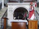 61 - Ostuni, interno del Santuario diSant'Oronzo. Al centro della navata si apre la grotta su cui è sorto il Santuario nel sec. XVII, grotta in cui Sant'Oronzo si rifugiò per sfuggire alla persecuzione dell'imperatore Nerone.