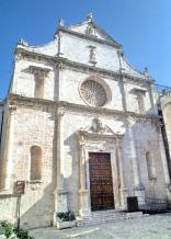 51 -Monopoli. La bellissima chiesa di San Domenico, risalente al XVI secolo, si innalza maestosa ed elegante con i suoi ornamenti scultorei.
