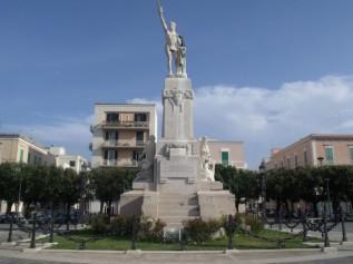 48 -Monopoli. Piazza Vittorio Emauele, monumento-ai-caduti.