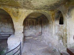 136 -Parte destra dell'aula per i fedeli con residui di affreschi sparsi sui muri della chiesa