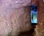99 -Santuario-san-Biagio-Ostuni_Nelle grotte si possono ancora osservare affreschi bizantini in parte consunti dal tempo, cancellati dalle piogge e, soprattutto, resi irriconoscibili dalla manomissione incosciente degli uomini.