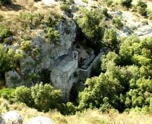 90 - La chiesetta romanica del sec. XI dedicata a San Biagio dista da Ostuni circa Km. 4, è il santuario più antico della città ed una delle migliori interpretazioni di insediamento cenobico in rupe.