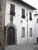 11 -Castrocaro - In via della Postierla si vede il Palazzo dei Commissari, edificio di impronta rinascimentale, dimora dei Capitani di giustizia e dei Commissari generali inviati da Firenze fra il 1403 e il 1579. Sopra la porta stemma mediceo.