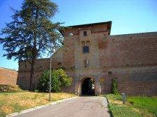 65 -Terra del Sole. La Porta Fiorentina. Costituisce uno dei due accessi, è sovrastata dal Castello del Capitano delle artiglierie, l'altro è la Porta Romana verso Forlì sovrastata dal Castello del Governatore che vedimo in seguito.