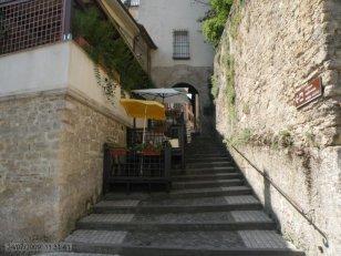 41 -A sinistra della chiesa c'è la scalinata verso la porta San Francesco dove inizia la salita verso la fortezze o castello.