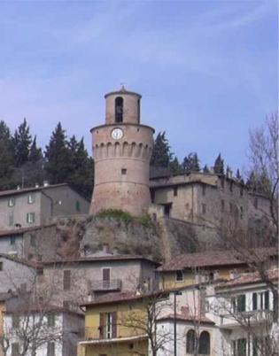 """9 -Torre dell' orologio e campanaria.Ricostruita sulle rovine di una precedente torre andata distrutta nel 1497. Trasformata in torre dell'orologio, ospita una campana del peso di 13 quintali. Comunemente conosciuta col nome di """"campanone"""""""