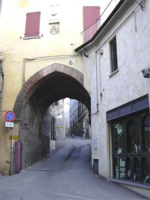 34 -Castrocaro - Porta San Nicolò, detta anche dell'orologio con il superamento della seconda cerchia muraria, dà accesso ai borghi medioevali della città