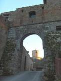 """12 -Porta della Postierla. Un tempo munita di ponte levatoio, permette di accedere alla """"Murata"""", detta anche """"Cittadella"""", ove sono alcuni dei più significativi monumenti di Castrocaro: la Torre dell'Orologio e il Battistero di San Giovanni alla Murata."""