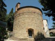 16 -Proseguendo verso la fortezza, troviamo una piccola chiesa, il battistero di San Giovanni alla Murata.