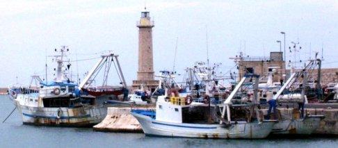 24 -Molfetta_-_Il_faro_del_porto_coi_pescherecci