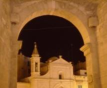 63 -Molfetta. Un particolare delle Chiesa di Santo Stefano visto dall'ingresso del Centro storico, dall'Arco di Molfetta Vecchia… Dalla porta della città