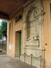 30 -Forlimpopoli, chiesa di S. Ruffillo. Accanto al portale della Chiesa sono collocati due monumenti sepolcrali del Cinquecento, dedicati a Brunoro I e Brunoro II Zampeschi.