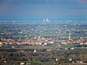 1 -Ravaldino in Monte (FC) - Panorama della pianura romagnola verso Forlimpopoli e Cervia vista dal monte.