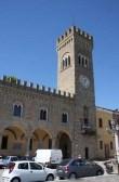 11 -Bertinoro la piazza della libertà. Torre civica o dell'orologio Attigua al Palazzo comunale, preesistente allo stesso, in passato era molto più alta e fungeva da faro per i naviganti e per i pellegrini. Ridotta alle attuali dimensioni nel 1599, è stata negli anni oggetto di ripetute ristrutturazioni e aggiunte. Le campane tutt'ora in uso, risalgono al 1516