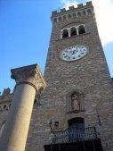 12 -Bertinoro. La Torre civica sovrasta maestosa la Colonna dell' ospitalita