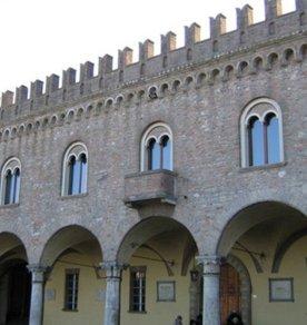 10 -Palazzo Comunale di Bertinoro, 1306. Dett. della facciata.