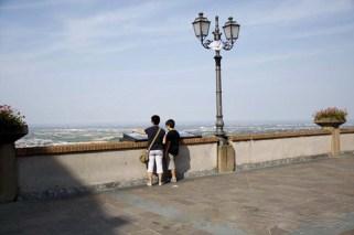 17 -Bertinoro, balcone sulla Romagna. In piazza della Libertà, di fronte al palazzo Comunale, balcone panoramico dal quale la vista spazia da San Marino a Bologna. Di fronte il mare Adriatico e nelle giornate più limpide si può scorgere la riviera Romagnola.