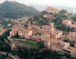 1 -Bertinoro panorama. Situata nel cuore della Romagna, sulle appendici delle prime colline dell'Appennino forlivese, a pochi km dalla Via Emilia, a 15 km da Forlì e a 13 km da Cesena, Bertinoro domina un suggestivo paesaggio la cui vista si estende fino al mare.