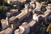 """2 -Bertinoro. Il borgo medievale. Perchè visitarlaOltre che per l'ospitalità e per la splendida vista panoramica che si gode dalla centrale Piazza della Libertà, da cui l'appellativo di """"Balcone di Romagna"""", la località è un tipico esempio di cittadella medievale ricca di mura, torri e case antiche, nota anche come """"Città del vino"""". La leggenda vuole infatti che Galla Placidia, figlia dell'Imperatore Teodosio, di passaggio in questi luoghi, assaggiato un vino servito in un'umile coppa, dicesse: """"non di così rozzo calice sei degno, o vino, ma di berti in oro"""", da cui il nome della città."""