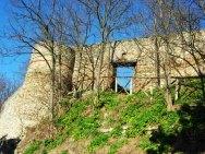 24 -Bertinoro. Porta del soccorso. Si trova nei pressi del castello, il suo nome deriva dal fatto che da essa uscirono le milizie di Aldruda Frangipane, Contessa di Bertinoro, per portare aiuto ad Ancona assediata, nel 1172. Una stele del 1972 ai piedi della porta ricorda l'avvenimento.