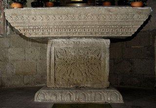 108 -Viterbo -Chiesa di San Sisto. Interno l'altare maggiore è composto di frammenti di sculture del IV-V secolo.