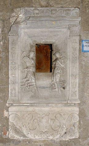 109 -Viterbo -Chiesa di San Sisto. Interno, in fondo alla navata sinistra è incastonato nel muro un pregevole tabernacolo dell'Olio Santo del Quattrocento.