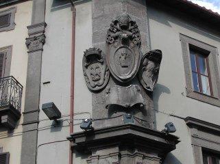 56 -Stemmi papali e nobiliari sul Palazzo comunale