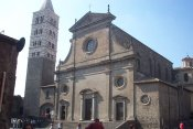 22 - Viterbo. Il Duomo (Cattedrale di San Lorenzo Martire) risale a circa il 1192, romanico con bel campanile trecentesco gotico-toscano e facciata rinascimentale (rifatta nel 1560) è il principale luogo di culto della città di Viterbo, sede vescovile della diocesi. ed è collegata direttamente al Palazzo dei Papi che sovrasta la città sottostante.
