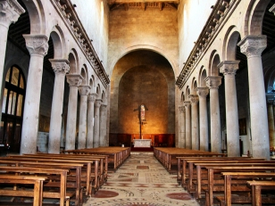 24 -Viterbo Interno del Duomo a tre navate separate da due ordini di colonne collegate da archi. All'interno della Cattedrale un abbondante corredo di opere di vari artisti che coprono circa mezzo millennio di storia.
