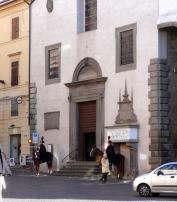 59 -Viterbo. Sull'altro lato della Piazza del Plebiscito sulla facciata della Chiesa di S. Angelo è visibile il sarcofago della Bella Galiana, eroina di una leggenda medioevale viterbese.