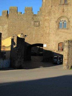 15 -Viterbo -Porta San Pietro La porta vista dall'esterno, così chiamata dal nome della vicina Chiesa di S. Pietro del Castagno