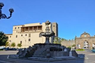 87 -Viterbo-piazza-della-rocca. La Rocca Albornoz, maestosa costruzione trecentesca (restaurata), ospita il Museo Nazionale e una mostra permanente sull'architettura etrusca.