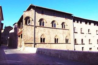 36 -Viterbo. Palazzo Farnese Palazzo omonimo, che sorge in Via San Lorenzo, nei pressi del ponte del Duomo. Elegantemente quattrocentesco con decorazioni e grazioso cortiletto interno.