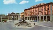 85 -Viterbo-piazza-della-rocca. Un ampio spazio suggestivo che le Mura e la Porta Fiorentina separano dal Giardino Pubblico. Attorno la monumentale Fontana del Vignola (1566) e la Rocca Albornoz, maestosa costruzione trecentesca (restaurata), ospita il Museo Nazionale e una mostra permanente sull'architettura etrusca