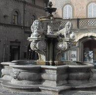 93 -Viterbo, Piazza delle Erbe. La graziosa piazzetta con la bellaFontana dei Leoni , prende il nome dal mercato della frutta e verdura che vi si teneva