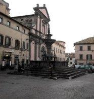 91 -Viterbo. Piazza Fontana Grande. La duecentesca fontana (1206-1279) è la più bella tra le tante fontane sparse per la città