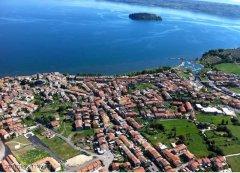 24 -Marta e il lago di Bolsena dall'alto.