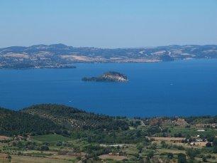 1 -Panorama sul Lago di Bolsena. A pochi km a nord di Vierbo. Il Lago di Bolsena è il più grande lago di origine vulcanica d'Europa, è il più pulito (data la presenza di numerose sorgenti anche sotto il bacino stesso) tanto che i pescatori bevono tranquillamente la sua acqua ed ha due isole, Martana e Bisentina.